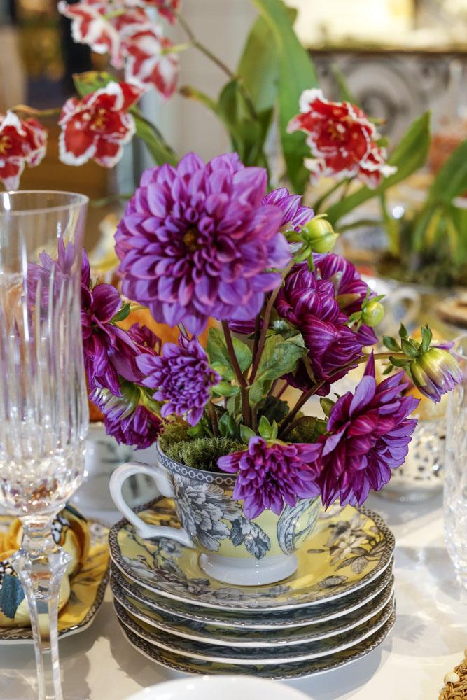 dalias roxas em mesa decorada para o chá da tarde