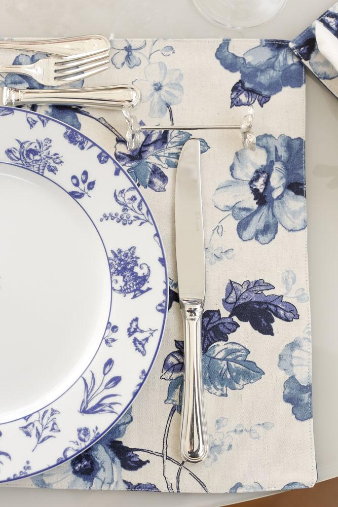 mesa com jogo americano estampado azul e branco