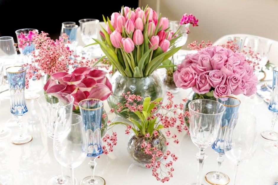 flores rosas centro da mesa