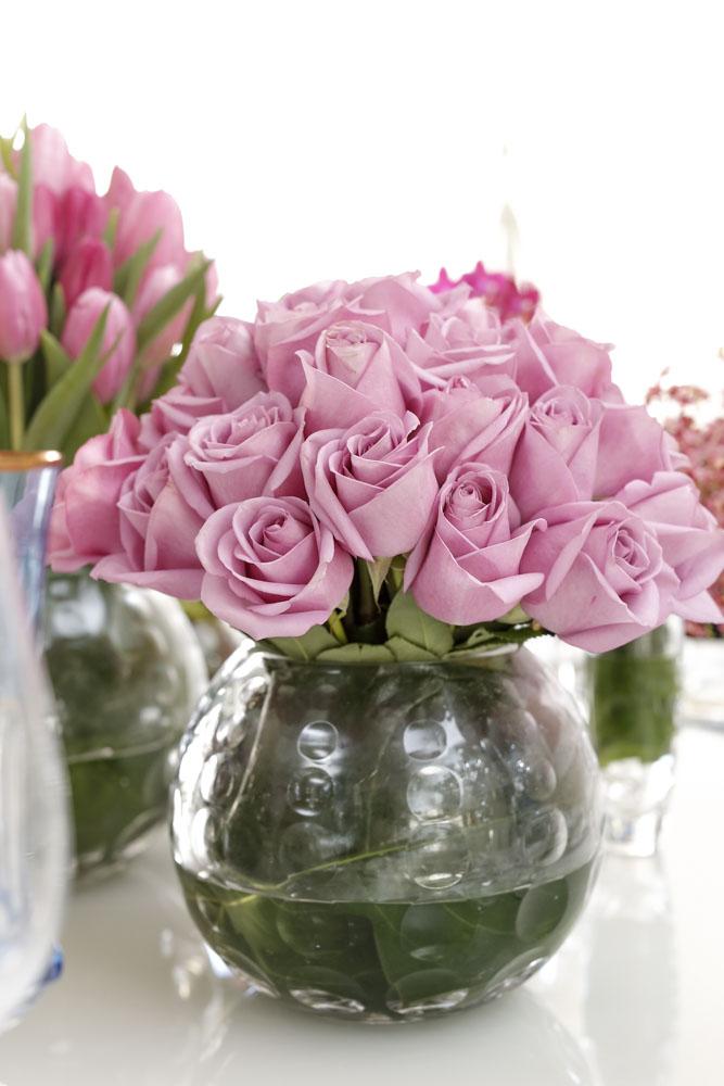 arranjo com mini rosas em vaso de cristal Tania Bulhões