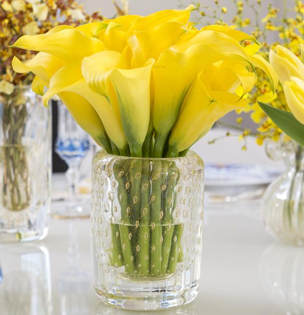 callas amarelas em vaso de cristal com ouro