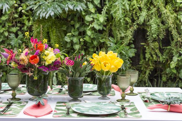 mesa posta para almoço no jardim