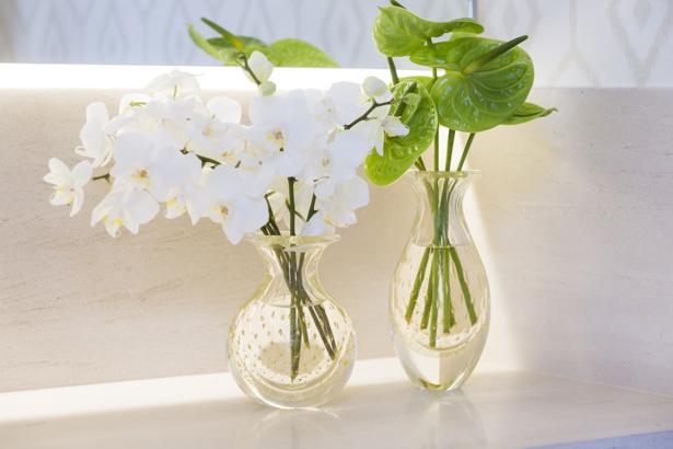 vaso de cristal transparente com ouro Cristais Cá d'Oro com flores brancas