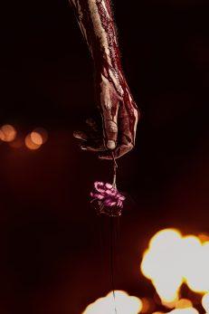 l'immortale di new orleansi - immagine do mano insanguinata con rosa