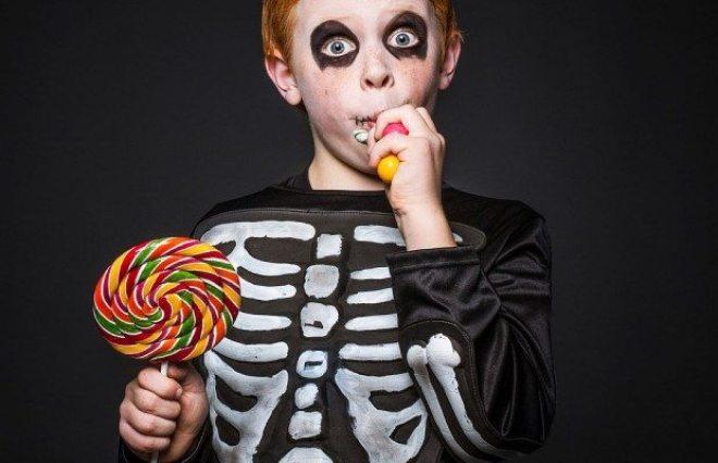 halloween-kid-eating-candy-620x400