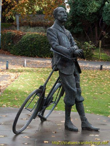 Elgar and bike statue at Hereford Cathedral