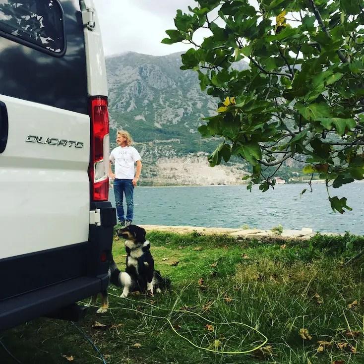 Bucht von Kotor Campingplatz Hund Wohnmobil Montenegro