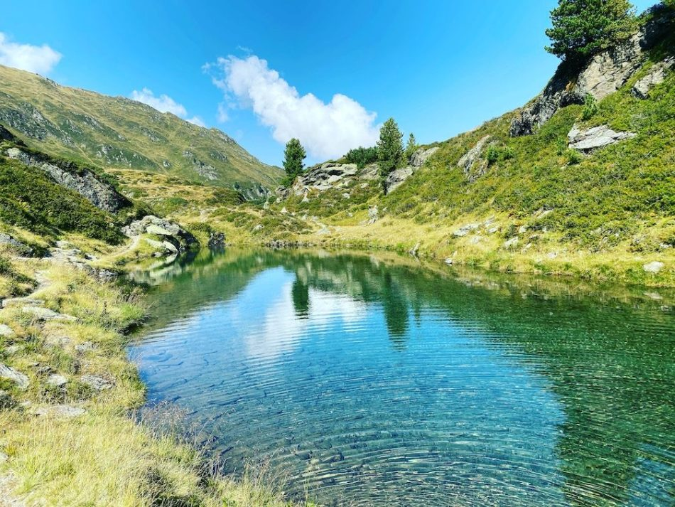 Brixental Kelchsau Langer Grund Torhelm Wandern. Wanderung Herbst Bergsee