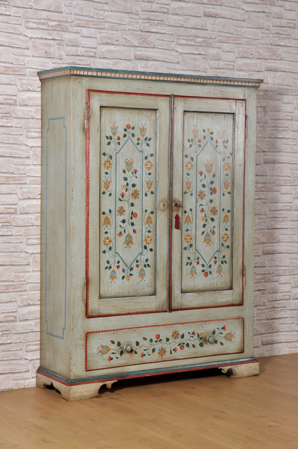 Un pezzo di dipinto a mano mobili antichi è un accento benvenuto in ogni casa. Tyrolean Luxury Wardrobe In Solid Spruce With Two Doors And A Drawer Decorated With Stylized Polychrome Flowers Mobili Vangelista
