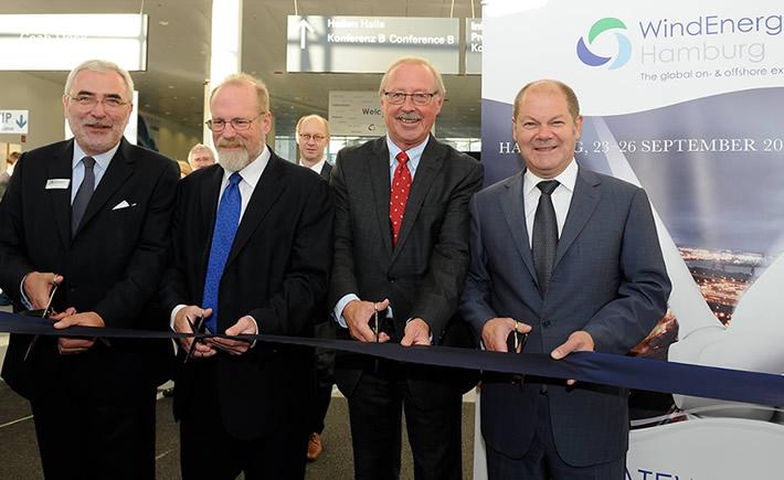 La inauguraron de la WindEnergy Hamburg 2014 estuvo encabezada por Sigmar Gabriel, vice canciller alemán; Steve Sawyer, secretario general del Consejo Mundial de Energía Eólica; y Bernd Aufderheide, consejero delegado de la Hamburg Messe. (Foto: WindEnergy Hamburg)