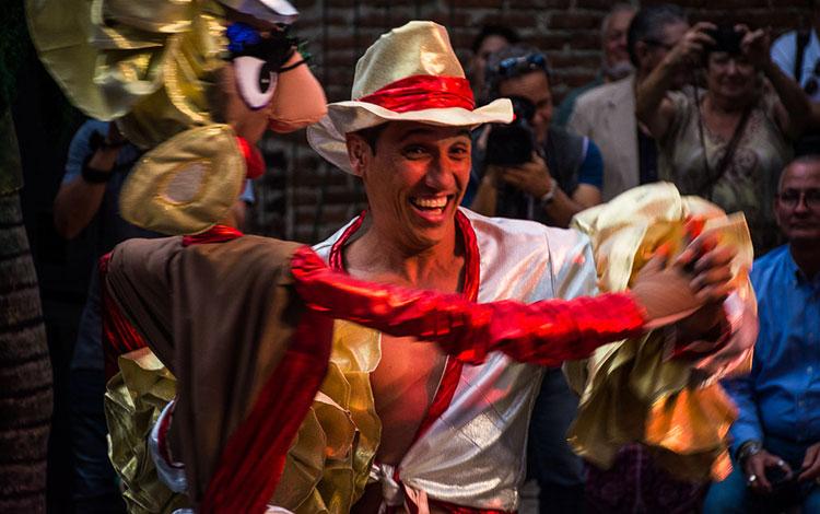 Titiritero en entrega de Premio Nacional de Teatro a Armando Morales.