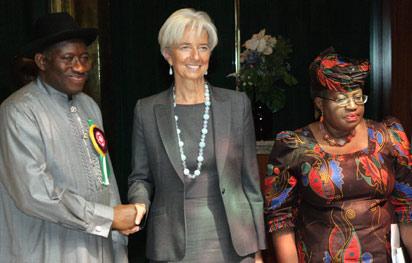 文件照片:国际货币基金组织(IMF)执行董事Christine Lagarde(C)在与阿布贾财政部长Ngozi Okonjo-Iweala(R)会晤后与总统乔纳森握手。