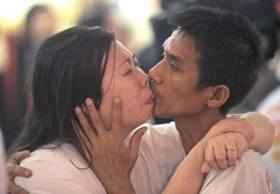"""Thai couple Ekkachai (R) and Laksana Tiranarat (L) kiss in a competition for the """"World's Longest Continuous Kiss"""" during Valentine's Day in Pattaya resort on February 14, 2013.  Ekkachai and Laksana make the new World's Longest Continuous Kiss at 58 hours 35 minutes 58 seconds. AFP PHOTO"""