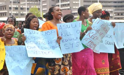 Market women and Men Association of Nigeria protesting over the prolong ASUU strike in Federal Secretariat, Abuja yesterday . Photo by Gbemiga Olamikan