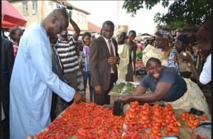 Fayose-buying-tomatoes