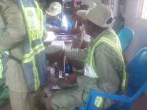 Video, Photo: Septuagenarian cast vote at Polling Unit 003, Famgbe Opolo Ward, Okutukutu, Yenagoa, Bayelsa