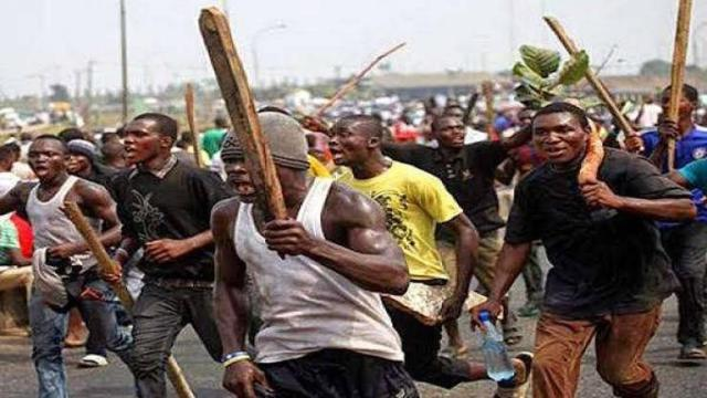 Uproar as mob beat suspected kidnapper to stupor in Lagos