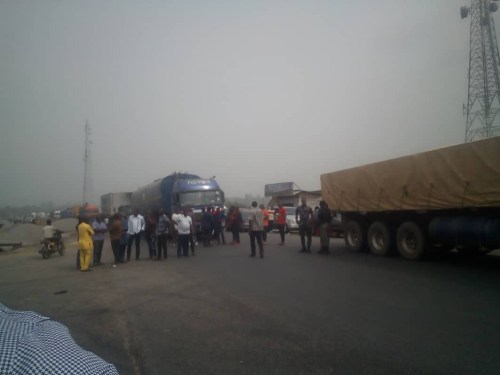 Bayelsa: Many stranded as APC supports set bonfire on Kiama Bridge