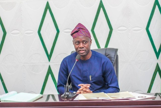 Dugbe Market inferno: Makinde fulfils promise, doles out cash palliative to property owner, victims