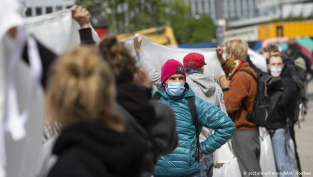 Thousands rally against Spain coronavirus response, urge PM to quit