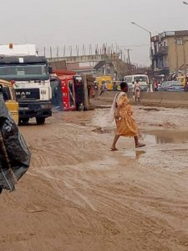 Motorists, residents decry deplorable condition of Lagos-Abeokuta Expressway