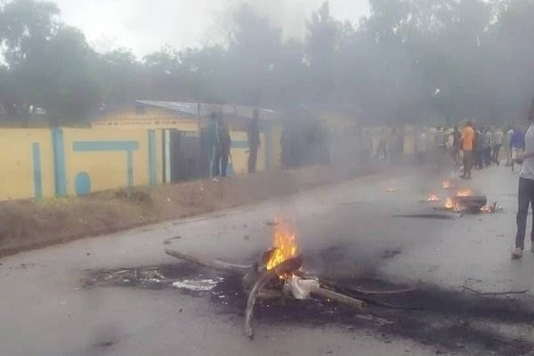 Irate youths kill police, set police station ablaze in Ogun