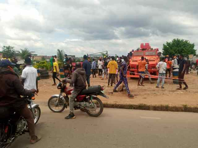 Protesters at Olaiya junction while rescuing arrested colleagues
