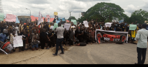 #ENDSARS Protests resume in Ughelli after death of policeman