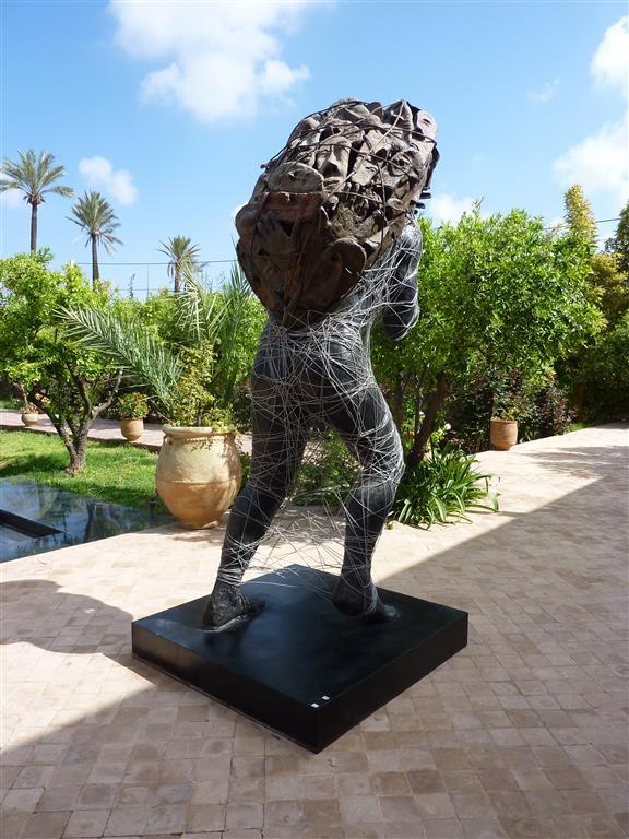 In 2014 was een bijzondere tentoonstelling van Mahi BineBine in Musée de la Palmeraie in Marrakesh, waar ook dit beeld stond. Foto bvhh.nu 2014.