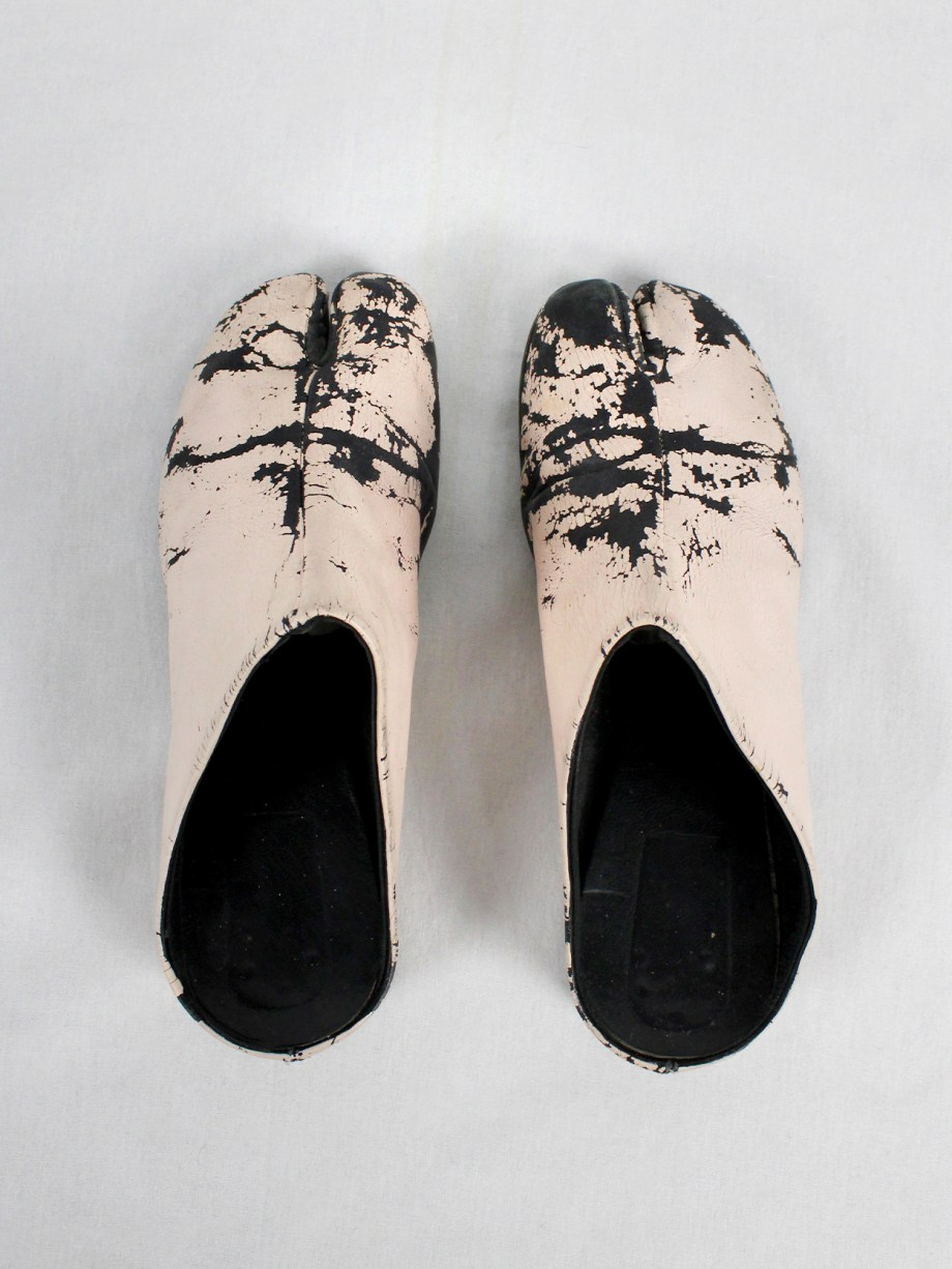 vaniitas vintage Maison Martin Margiela black tabi slippers painted in light pink spring 2002 1810