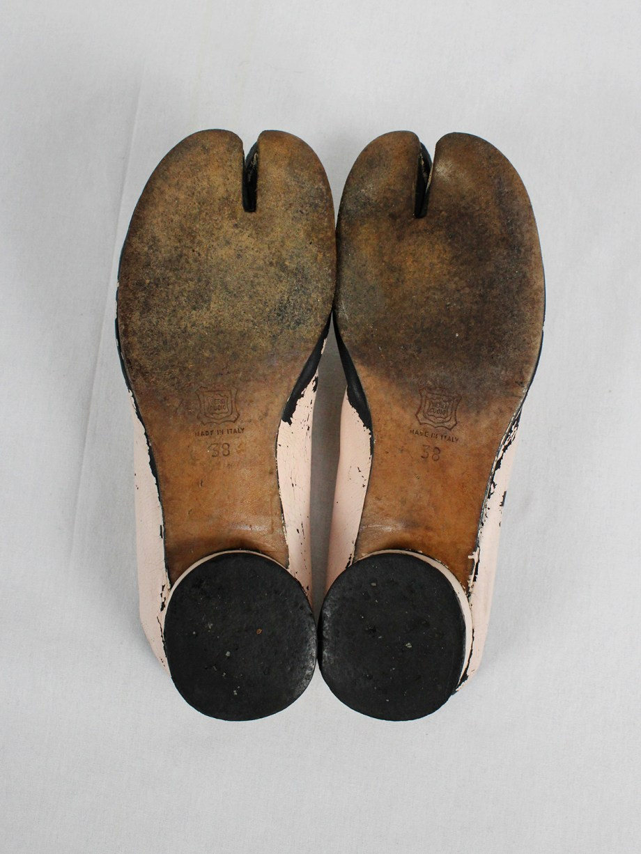 vaniitas vintage Maison Martin Margiela black tabi slippers painted in light pink spring 2002 1830