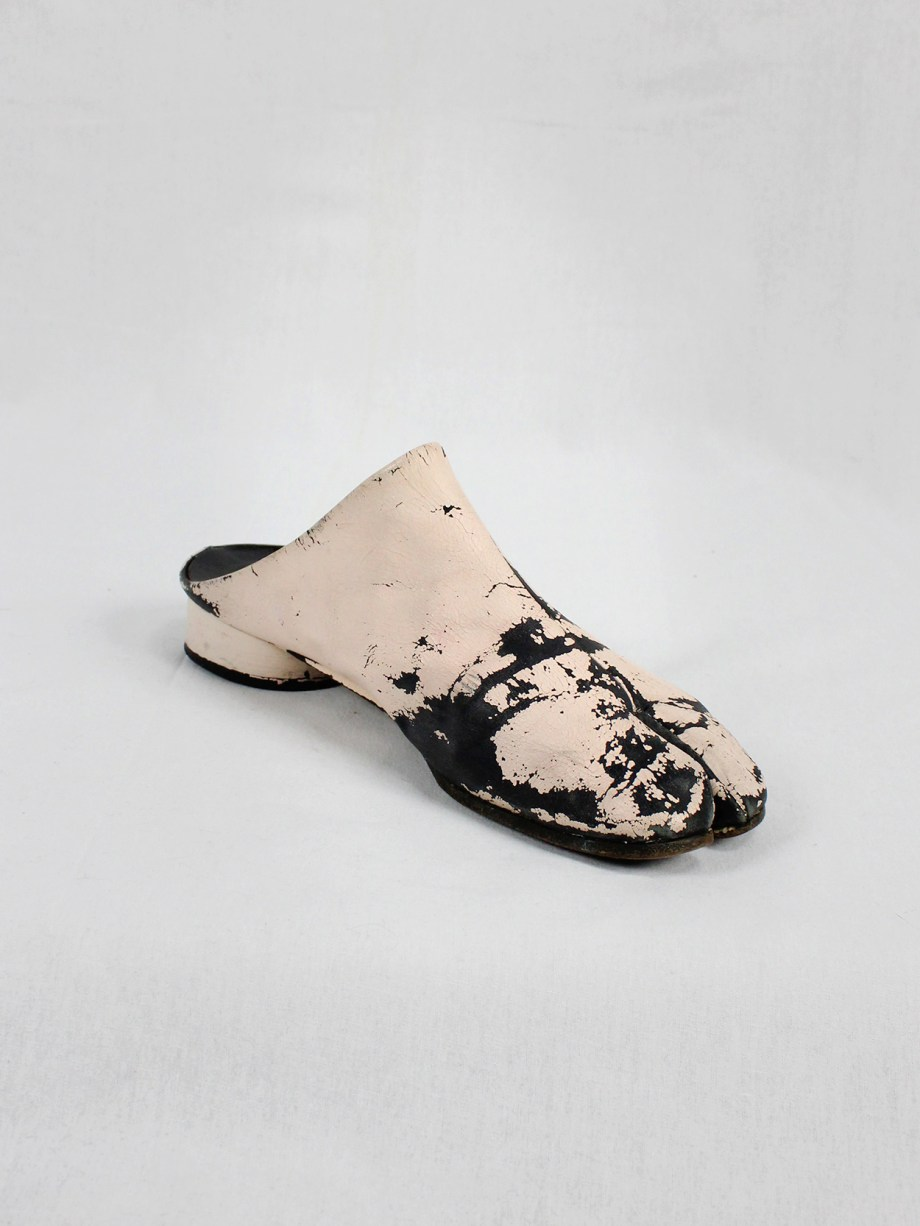 vaniitas vintage Maison Martin Margiela black tabi slippers painted in light pink spring 2002 1883