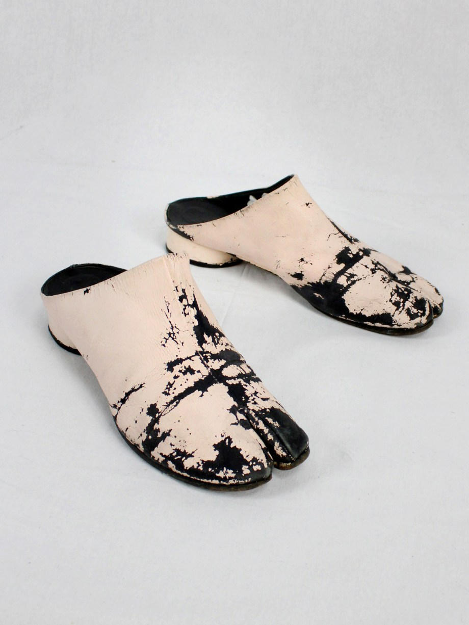 vaniitas vintage Maison Martin Margiela black tabi slippers painted in light pink spring 2002 5718