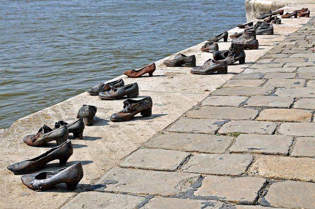 Risultato immagini per scarpe lungo il danubio budapest