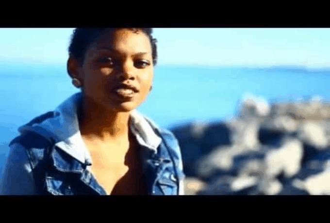 "@AsholeyNicole Sings Rihanna's ""Diamonds"""
