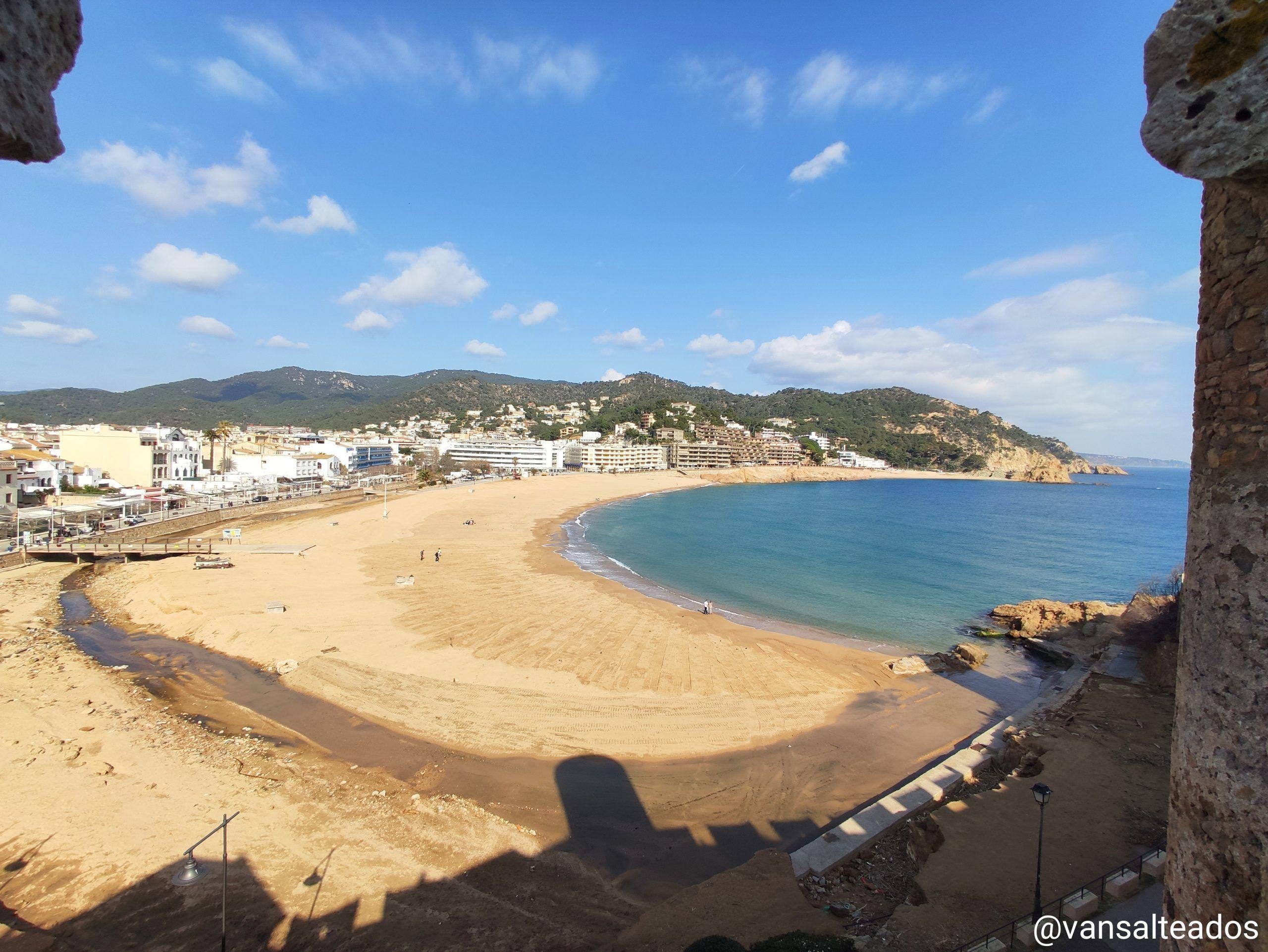 Vistas a la playa desde la muralla en Tossa de Mar