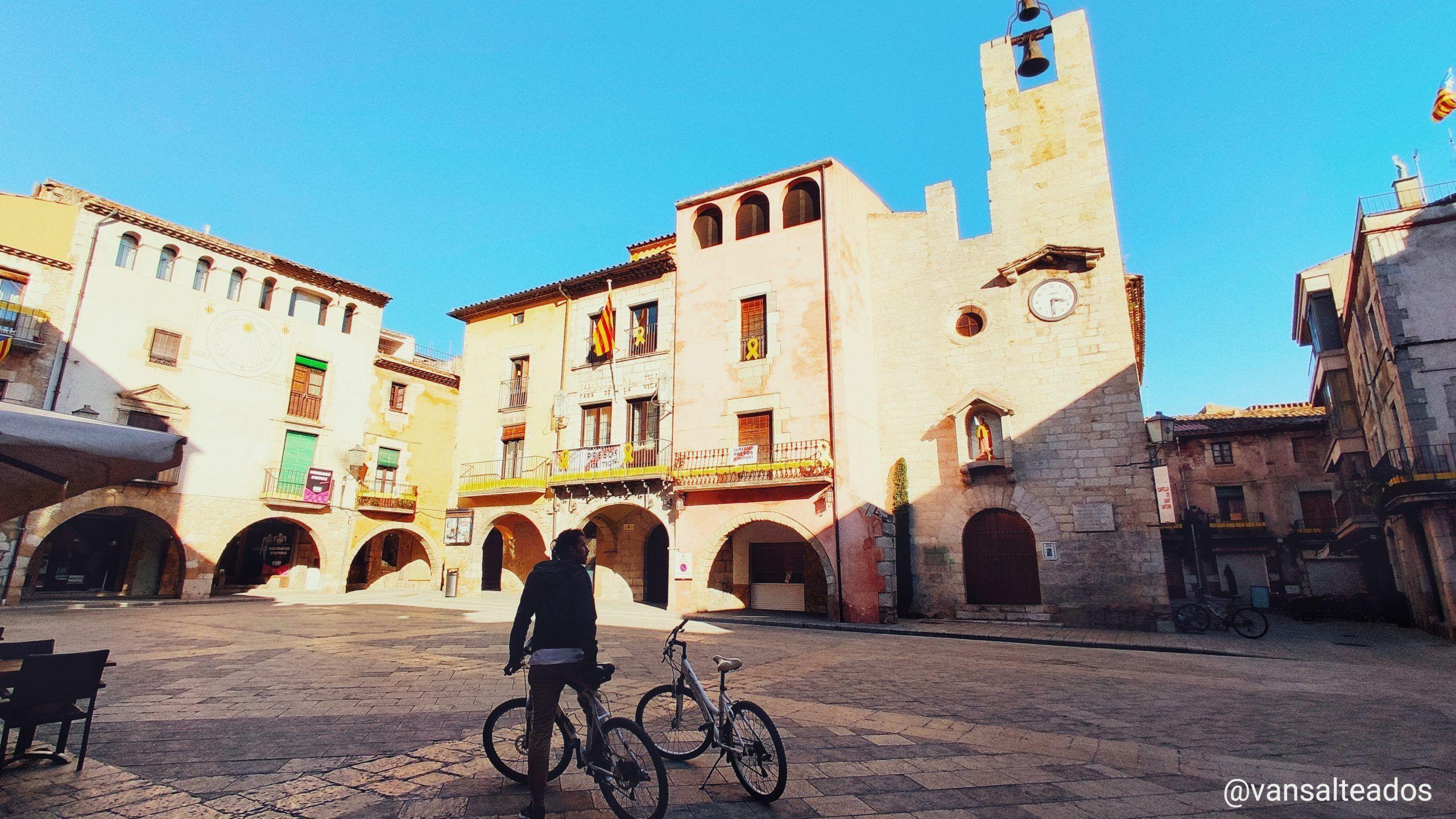 Plaza con edificios y una iglesia en Torroella de Montgrí