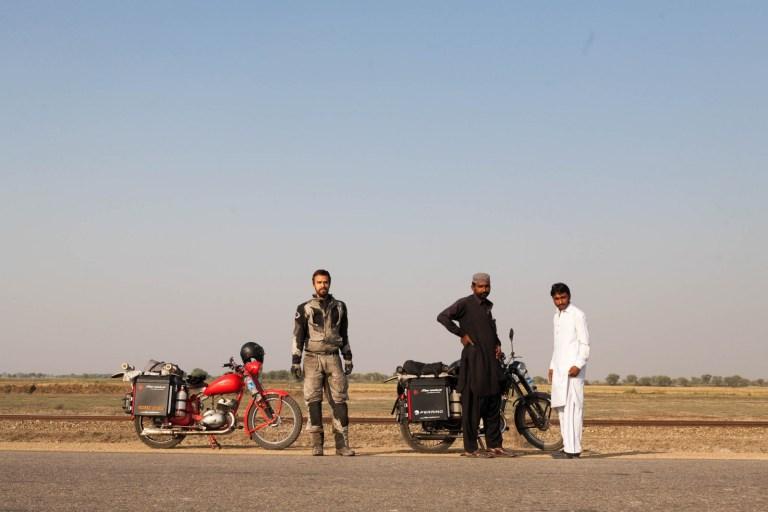 Eskorta si prohlíží naše motorky