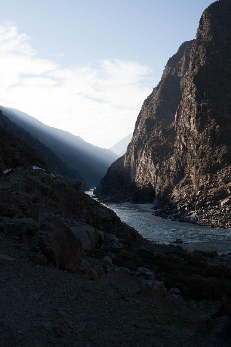 Pohled do údolí Karákórámské dálnice