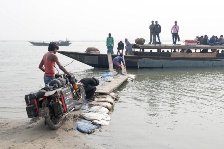 Nakládání Čezety na loď při přejezdu Brahmaputry