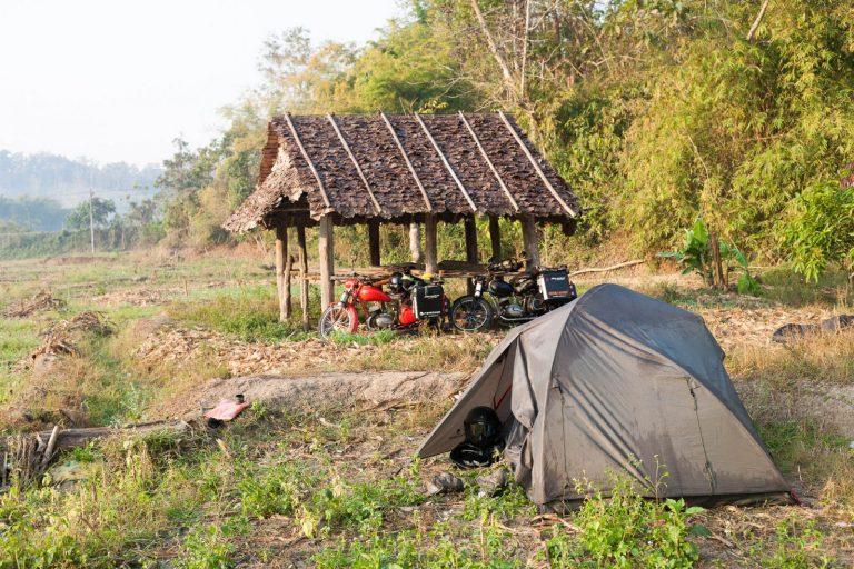 Tábořiště mezi thajskými poli