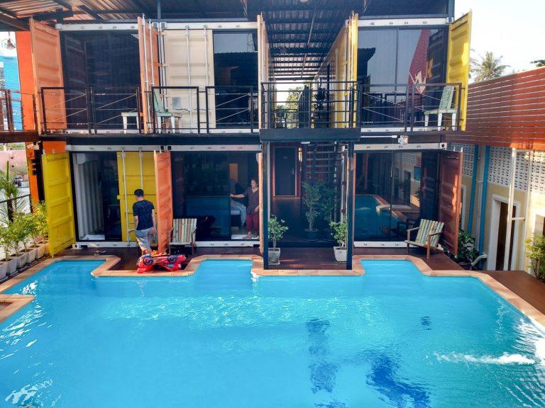 Bazén v kontejnerovém hotelu