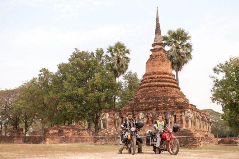 Před chrámem v Sukhothai