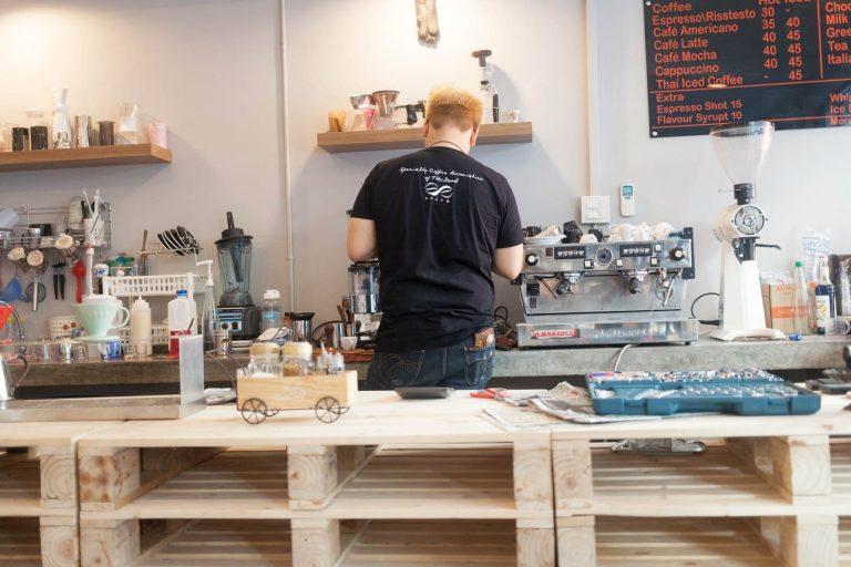 Našli jsme tu nejlepší kavárnu v Bangkoku. Ve Flow Coffee baru měli za směšnou cenu parádní espressa a hlavně nám prodali plný sáček, který mě držel ještě měsíc vzhůru.