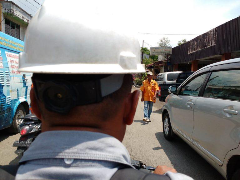 Tohle je jediná fotka agenta, kterou máme. Kdybyste v Indonésii potkali někoho s bílou helmou, pravděpodobně je to on.