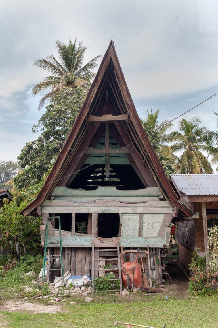 Na jezeře Toba žijí křesťané s oblibou pro střechy ve tvaru bůvolích rohů. Zvláštní kultura.