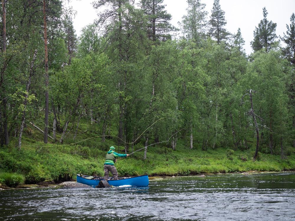 Juho kalastaa kanootista Nuorttijoella