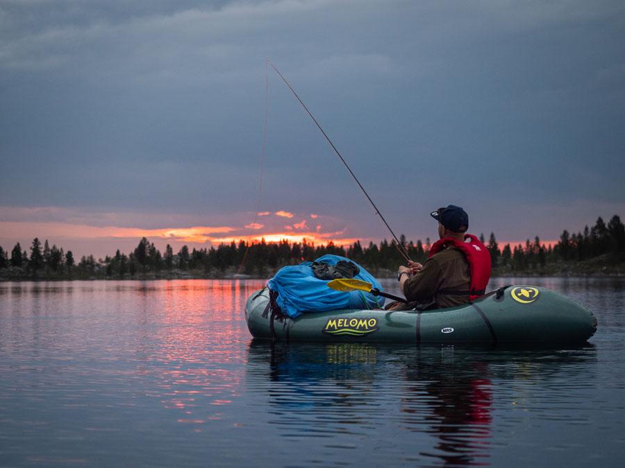 Keskiyön kalastusta pacraftilla Vätsärissä