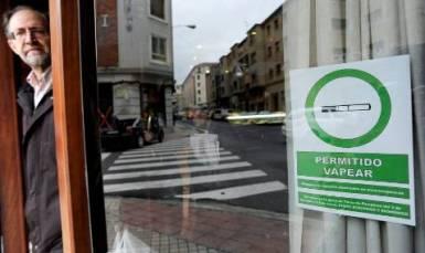Bares de España promueven el vapeo usando este tipo de anuncios.