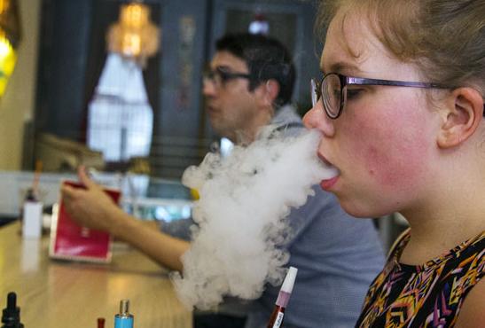 קנדה: לבני נוער יש סיכוי כפול להיות מעשנים.
